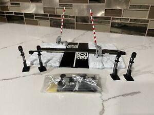 Bachmann Ho Scale Model Trains EZ Track Dual Operating Crossing Gates White Xmas