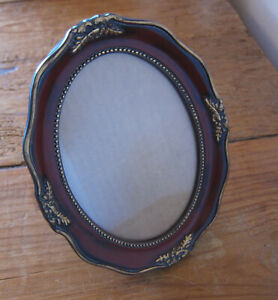 RED AND GOLD VICTORIAN STYLE OVAL PHOTO FRAME - window is 4 3/8 x 6 3/8 in.