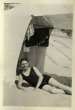PHOTO ANCIENNE - VINTAGE SNAPSHOT - HOMME MAILLOT DE BAIN PLAGE TENTE -MAN BEACH