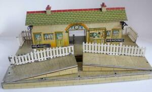 HORNBY O GAUGE (4E) ELECTRIC  STATION AND RAMPS  (READING) UNBOXED