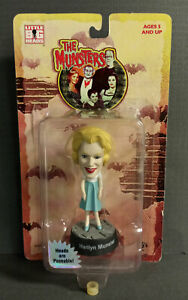 MUNSTERS LITTLE BIG HEADS MARILYN MUNSTER ON CARD SIDESHOW TOYS 1999