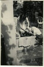 PHOTO ANCIENNE - VINTAGE SNAPSHOT - TOILETTE LAVAGE CHEVEUX GAG DRÔLE - WASHING