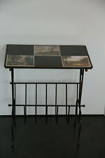 Petite table porte-journaux en fer forgé et céramique mid-century vintage