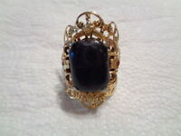 BEAUTIFUL vintage gold tone ring LARGE BLACK STONE adjustable band PRETTY  C1