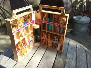 C 1981 KENNER GLAMOUR GALS DOLL CASE WITH 16 DOLLS SHOWPLACE DOLLS GAL