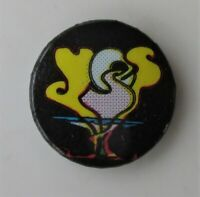 YES VINTAGE METAL BUTTON BADGE FROM THE 1980's OLD RETRO WAKEMAN HOWE SQUIRE