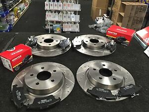 VOLVO C30 BRAKE DISCS CROSS DRILLED GROOVED & MINTEX BRAKE PADS FRONT REAR