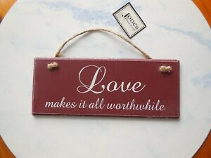 'LOVE MAKES IT ALL WORTHWHILE' BURGUNDY WALL HANGING SIGN PLAQUE GIFT NEW