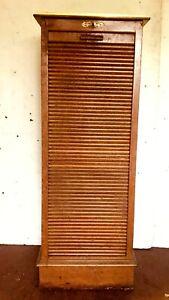 classeur de bureau en chêne massif à rideaux tiroir coulissant  . XX siècle .