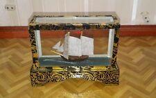 Maison de poupées vitrine avec bateau