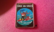 PIN'S TINTIN  ET  MILOU /  COKE EN STOCK