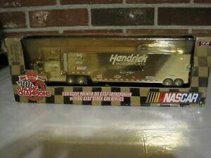 1999 NASCAR RACING CHAMPIONS TRANSPORTER WITH STOCK CAR REPLICA 1:64 SCALE-NEW