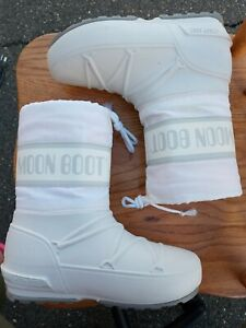 WHITE MOON BOOTS. EUC. SEE PHOTOS FOR SIZING!