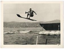 photo 1950 - Le saut en ski nautique - Juan-Les-Pins - homme musclé - 18 x 24 cm