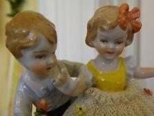 Bezaubernde antike Porzellan-Gruppe, Knabe und Mädchen - handbemalt - M / F: 924