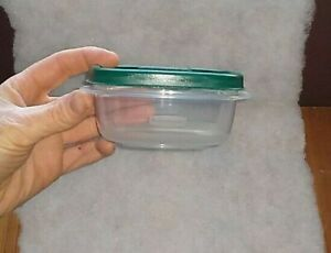 RUBBERMAID 1.25 CUP EASY FIND SQUARE FOOD CONTAINER Green LID