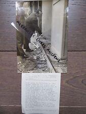 PHOTO DE PRESSE 1955 PARIS CONCERT SYDNEY BECHET  VITRINE CASSÉE  PRES OLYMPIA