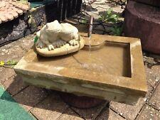 Brunnen eckig Frosch u. Kupfer Schlangen Kopf Sandstein Antik Look J 18 ROT