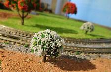 20 grüne Laubbäume, weiß blühend, 30 mm hoch