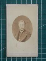 A169 CDV Photo circa 1900 TBE HOMME MEDAILLON - Studio A BAUDELAIRE CAEN