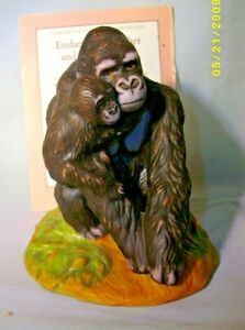 """A FRANKLIN MINT ENDANGERED MOTHER AND BABY ANIMAL THE """"GORILLA"""" C.W.C 1989"""