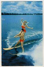 WATER SKIING COUPLE / PAAR FAHREN WASSERSKI * Vintage 50s US PINUP Postcard AK