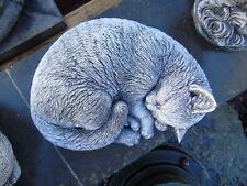 CHAT COUCHER  statue en pierre patinée, belle finition superbe !