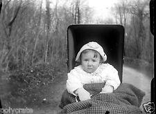 Enfant bébé dans son landau - ancien négatif verre photo - an. 1910 1920