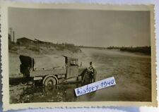 Foto mit Soldat und LKW Pritsche bei der Wagenpflege an der Warthe - Polen.(11)