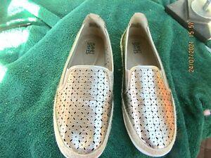 ladies size39/8 gold flat PLANET shoes elastic inserts  vgc