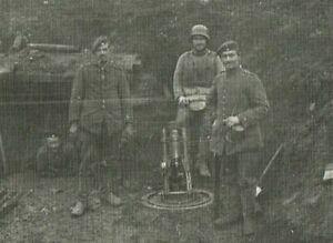 Soldat mit Stahlhelm GRABENPANZER 6 MINENWERFEER vor Bunker