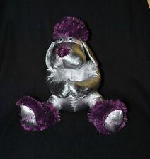 Peluche doudou chien DOUGLAS 2009 argenté & mauve violet 25 cm assis TTBE