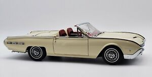 Danbury Mint 1962 Ford Thunderbird 1:24 White Convertible with tonneau cover.