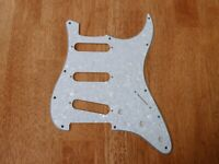 PICKGUARD WHITE PEARLOID 4 PLY FOR STRATOCASTER
