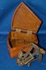 Una muy buena reproducción de Latón Antiguo Sextante De Estilo Antiguo En Caja De Madera