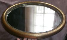 Miroir dans cadre ovale à frise de perles en bois & stuc doré de style Louis XVI