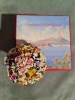 Porcellana Capodimonte, piccolo Tondo di fiori in miniatura con coppetta bianca