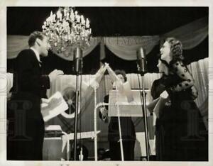 1937 Press Photo Jeanette MacDonald & Allan Jones sing on the radio in Hollywood