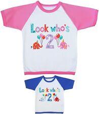 Babyprem Look Who's 2 - Chicos y Chicas Second 2ª Cumpleaños Ropa Camiseta