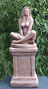Steinfigur Sexy Lady mit Säule Terrakotta Frauenfigur Gartenfigur Skulptur