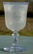Baccarat? Très beau verre en cristal dégagé à l'acide, décor de papillons. XIXe