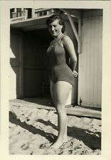 PHOTO ANCIENNE - VINTAGE SNAPSHOT - FEMME MAILLOT BAIN PLAGE SEXY JAMBES - BEACH