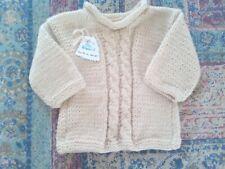 Jersey bebé. Hecho a mano realizado en lana. Color beig ochos.. Talla 3-6 meses