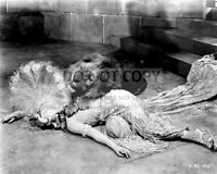 "GLORIA SWANSON WITH A LION IN THE FILM ""MALE AND FEMALE"" - 8X10 PHOTO (ZZ-827)"