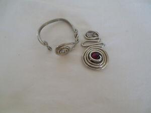 Modern design silver tone w/wood bead pendant w/matching cuff bracelet