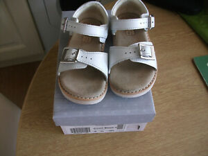 Clarks size 6g Crown Bloom white leather sandals