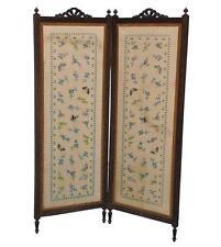 Paravent deux volets décoré d'un tissus brodé vers 1900