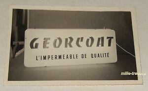 PHOTOGRAPHIE d'une ENSEIGNE lumineuse GEORCOAT L'IMPERMEABLE de QUALITE
