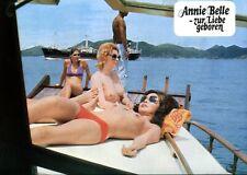 ANNIE BELLE - ZUR LIEBE GEBOREN: 1 Aushangfoto  (Erotik, Sex, Busen) -7-