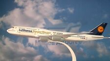 Herpa Wings 1:250 SNAP FIT Boeing 747-8 Lufthansa Olympic D-ABYK  611428